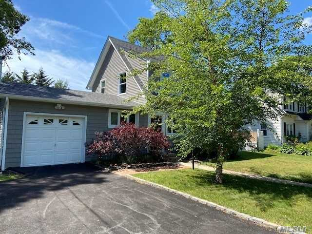 Residenziale in 73 Hiawatha Drive, Brightwaters, NY ,11718