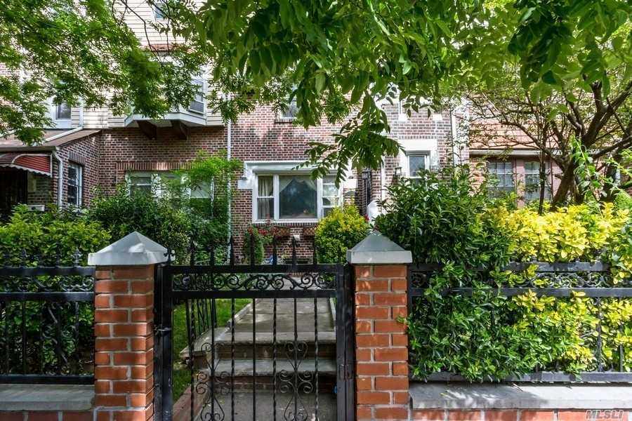Residenziale in 34-47 83rd St, Jackson Heights, NY ,11372