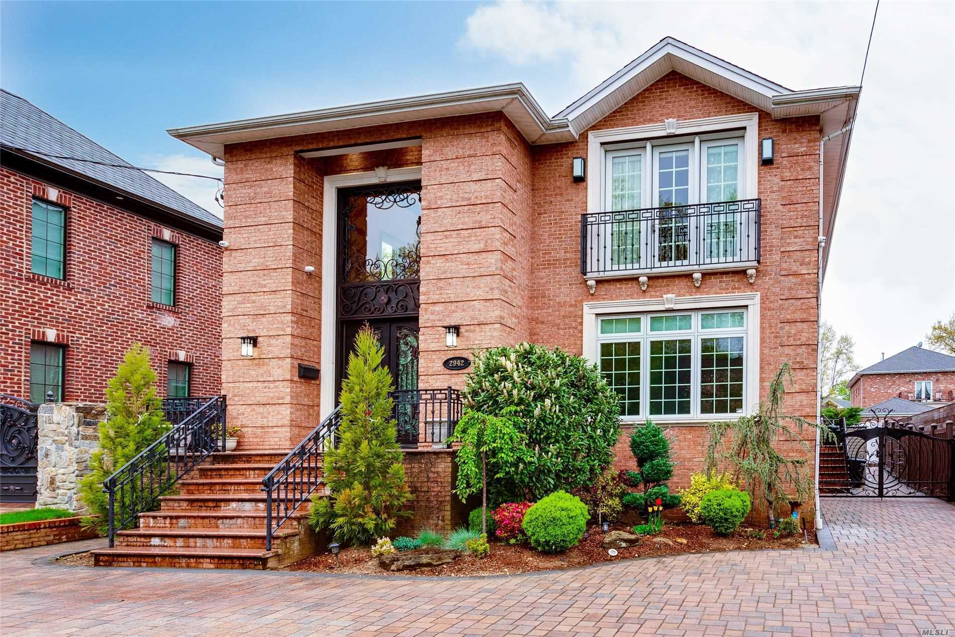 Residenziale in 29-42 215 Place, Bayside, NY ,11360