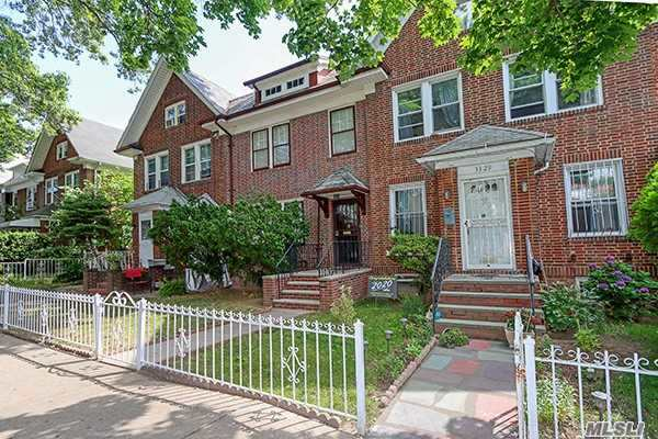 Residenziale in 33-27 88th St, Jackson Heights, NY ,11372